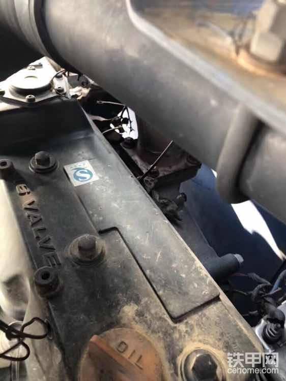 看看发动机螺丝是否有动过的痕迹(有的动过后喷的漆,漆面和原车漆有色差)