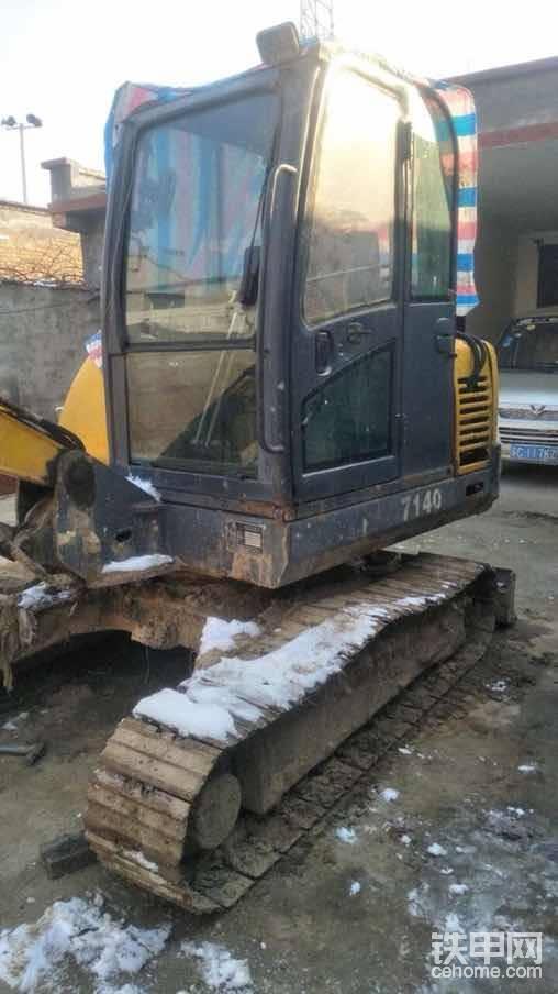 挖机侧面,或者前方有铭牌(用四个铆钉弄上去的,原车的铆钉质量很好,和后期铆上去的不一样)
