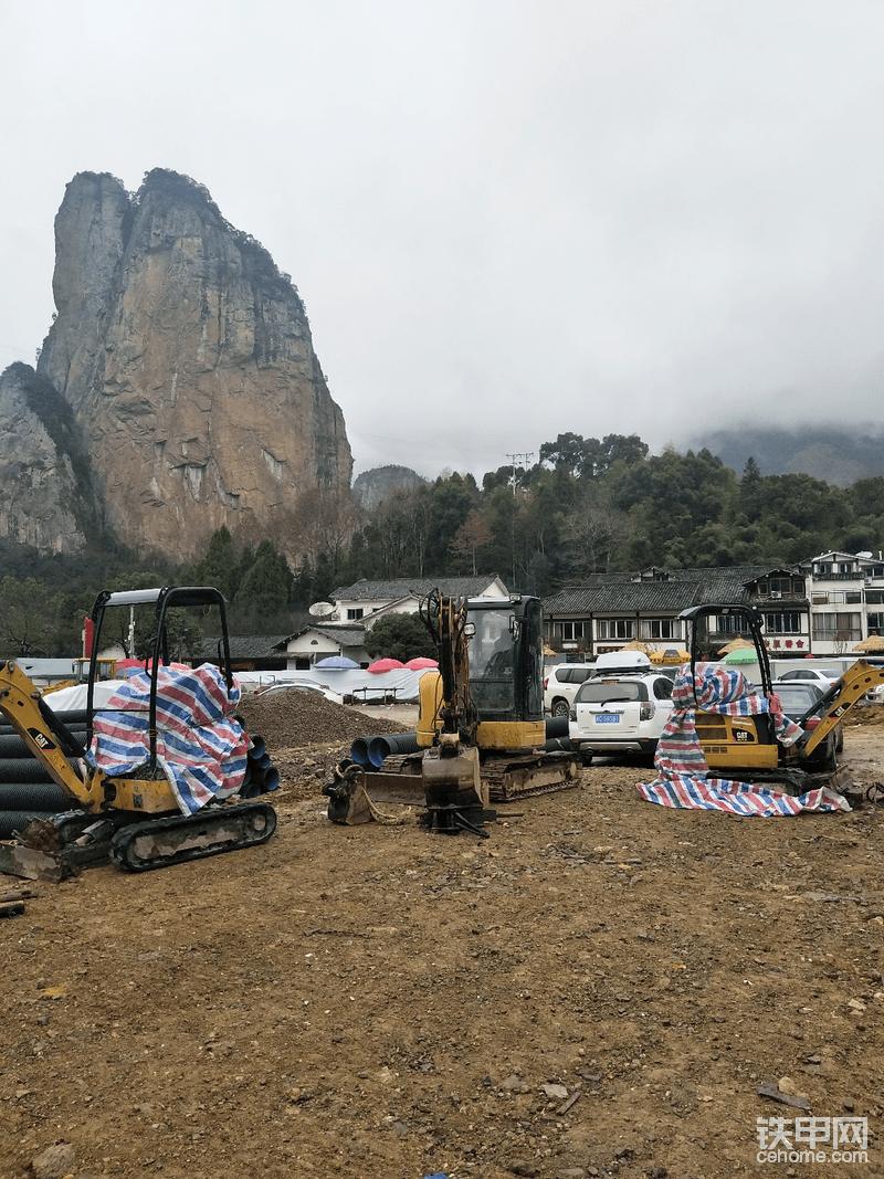 永嘉石桅岩风景区停了一堆卡特彼勒微挖,静静的、诚挚的等待着你的加入……