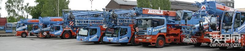 涨知识:JAROMIN是一家德国公司,成立于1982年,家族企业!主要从事于小型起重机的租赁。今天我们分享的利勃海尔1250-5.1起重机模型,如果换在其他的起重机租赁公司,250吨级是很平常,而在JAROMIN公司,它却是男主角!绝对的大哥!在这家小型起重机租赁公司,250吨级5轴起重机是他们公司可以提供的最大吨位移动式起重机。
