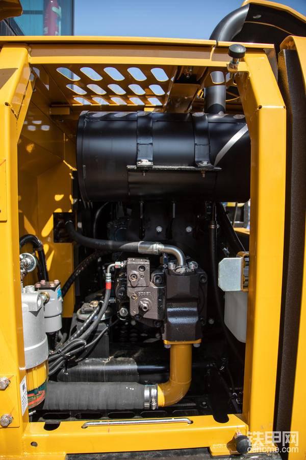 在液压系统方面,三一SY70C挖掘机采用的是负载敏感系统,能够感知负载的微小变化,随时调节流量及压力,操控性能好、作业效率高、平地性能优越。
