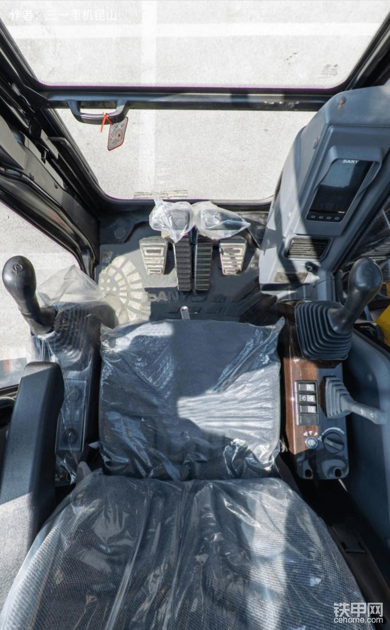最后再带大家看看三一SY70C的驾驶室怎么样?据了解三一SY70C采用了舒适的悬浮座椅,减震降噪性能出色;驾驶室内部内部带全自动冷暖空调、点烟器、杯托、烟灰缸、文件盒、阅读灯等人性化设计。