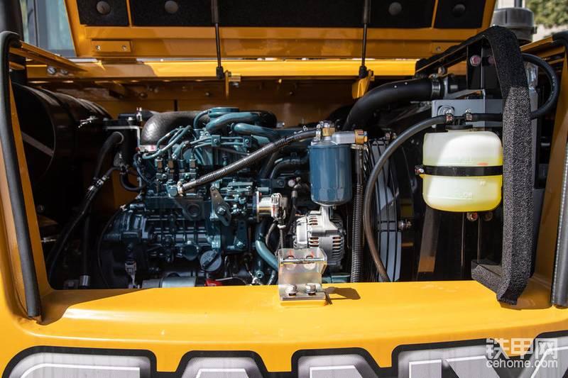 三一SY70C挖掘机配备久保田三一专供发动机,采用了先进的电控喷油系统,配备涡轮增压器,功率高达45.4KW,拥有动力强劲、节能高效等优势。