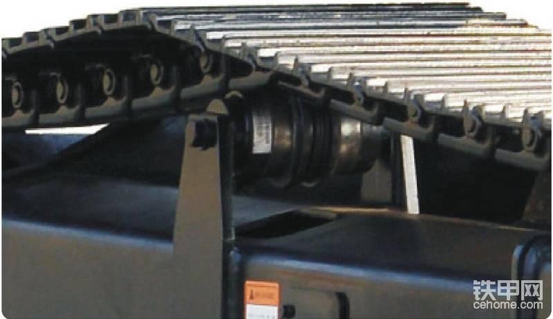 三一SY70C挖掘机还有一大特色,就是行业首创了用支重轮代替托链轮使用,寿命提升1倍。同时还采用了双边加强型托链轮固定方式,结构更加坚固耐用。