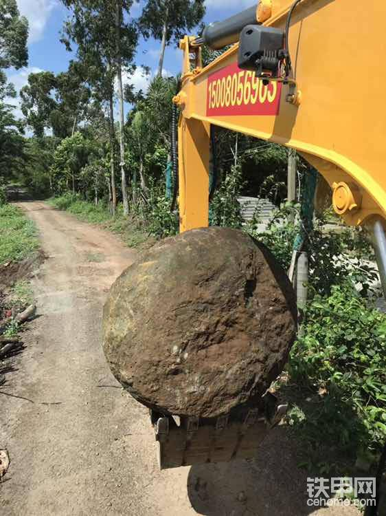 这么大的石头轻松摆弄。