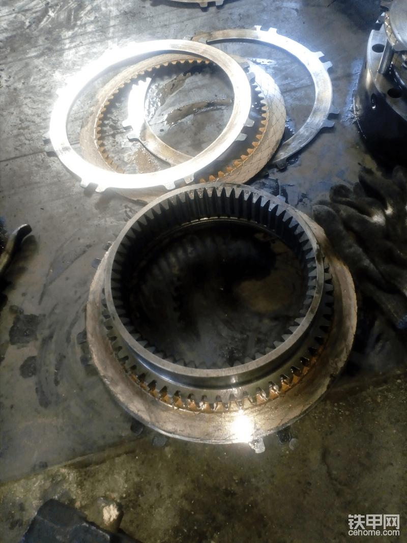 一档离合器片已经烧结在一起了,分不开,只能用锤子砸和撬棍别了。