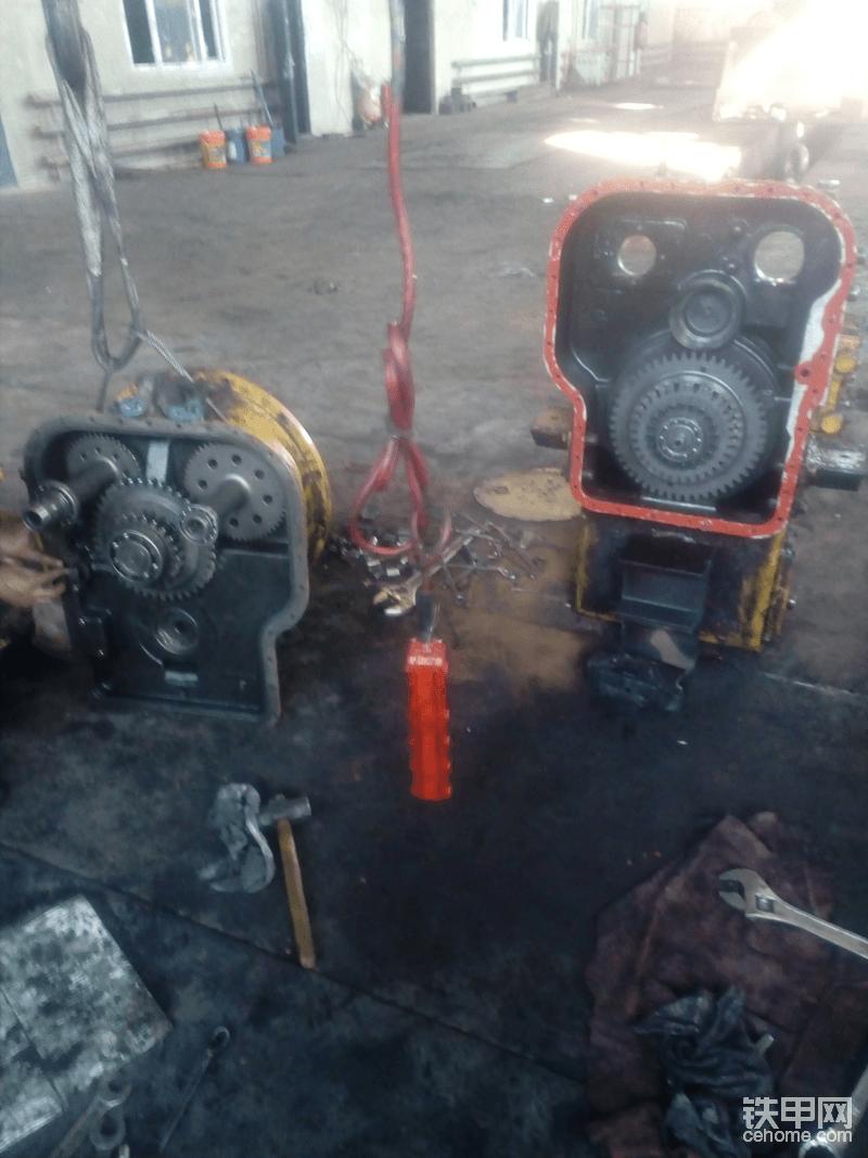 准备合箱,更换了工作泵及转向泵驱动轴,分动齿轮(这回可是柳工专用的,而不是成工件),旋转油封,还有变速泵。因为整个修理核心就是找油压低的原因,所以我又付出了相当的精力与时间仔细检查箱体有无裂纹及砂眼。结果一无所获,变速操纵阀也怀疑过,但是经过清洗和检查,没看出什么毛病,先放过它,万一试车不行,在车上换也不太废劲。其它的比如离合器的安装对于经常修理的师傅来说,都是家常便饭,这里就不细说了。