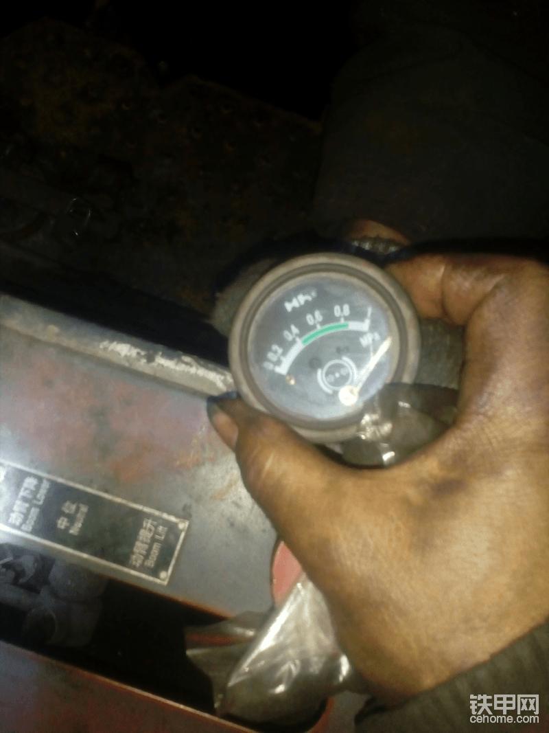 换完操纵阀后,空档怠速变速箱油压。看到表针都快背过去了,这还没加油门呢。没有合适的表头,这块表小了。正常值应在1.4-1.6MPa之间。油压正常了,也不会烧片子了。