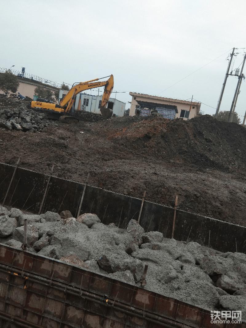 浇片石混泥土320升油搞28个小时 方片石接水泥土