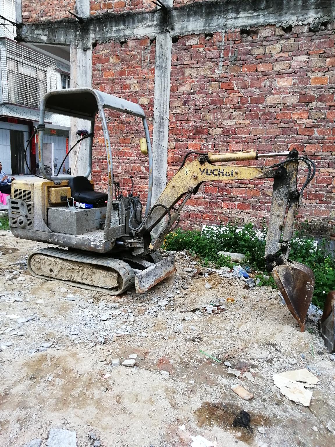 广东揭阳招微挖司机开左右转小挖机