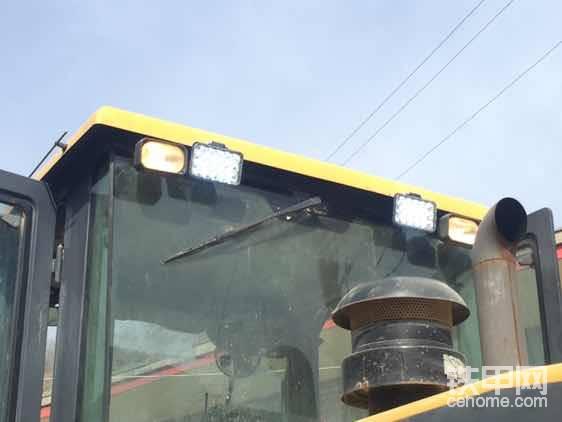 由于我这人比较看重安全,回来之后觉得原车蜡烛灯太暗,就改了四个工作灯,两个前大灯,更换了两个后尾灯总成,前后花费上千大洋呀!