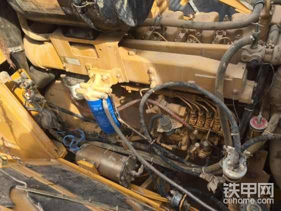 """发动机也是干干净净,旁边这个躺着的圆筒是干嘛的?还没研究<img class=""""smiley"""" src=""""/img/smiley/new/tiejia3.gif"""">"""