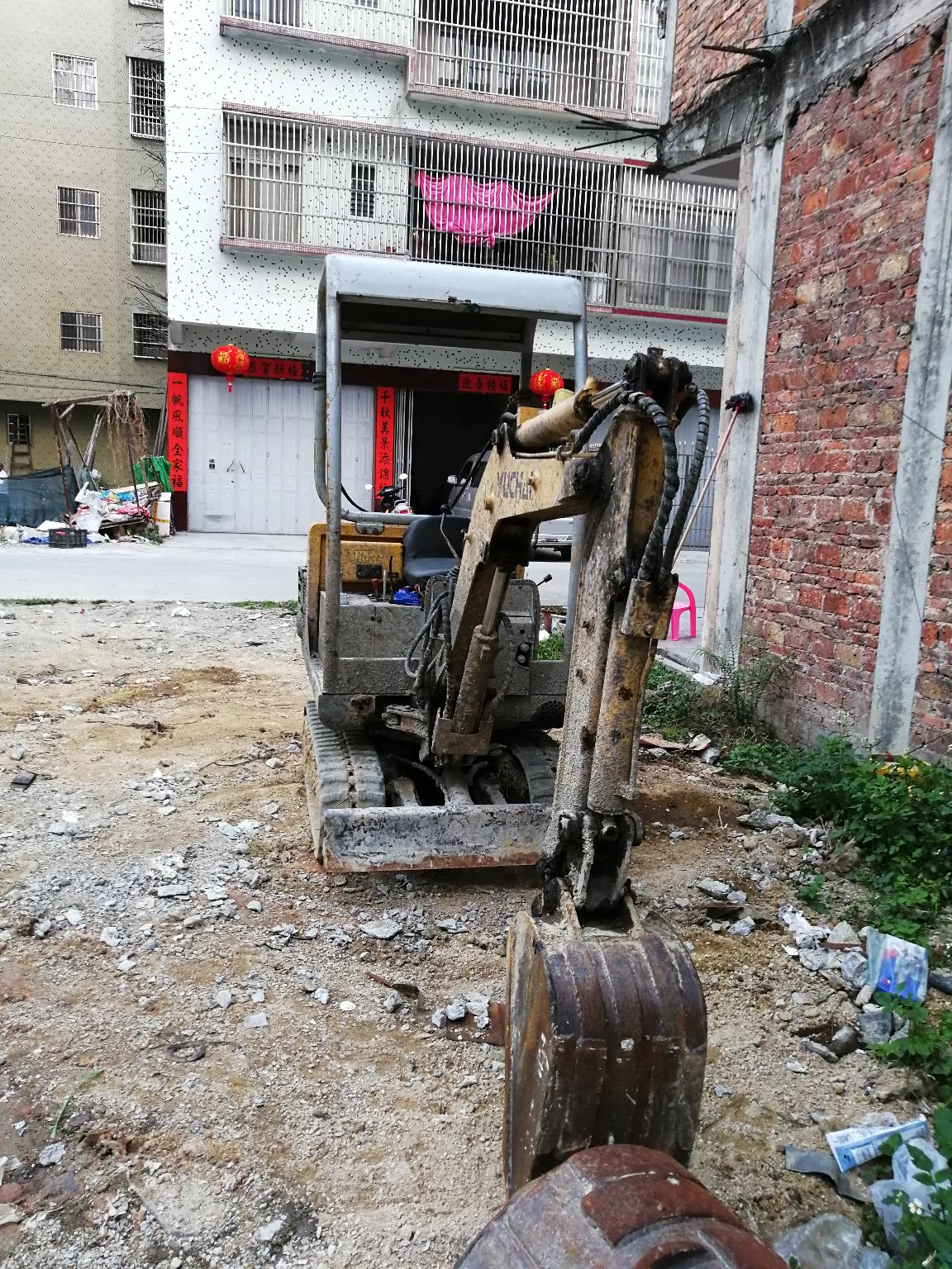 挖机外表面沾了很多水泥浆,有什么好办法可以处理好呢?
