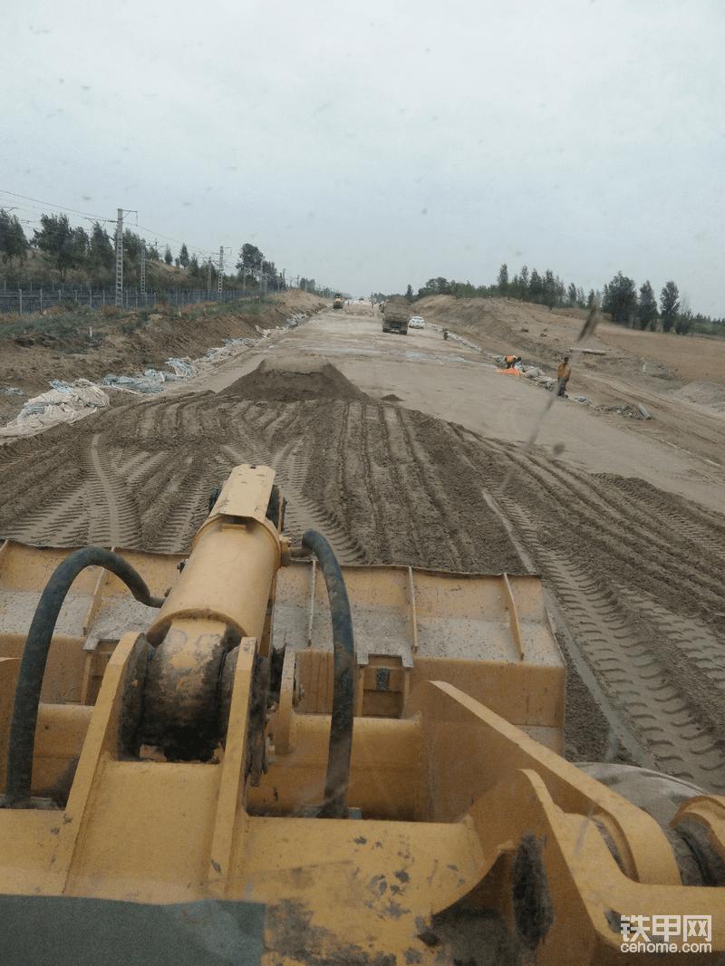 正好赶上那年家乡修高铁 在路基上平改良土
