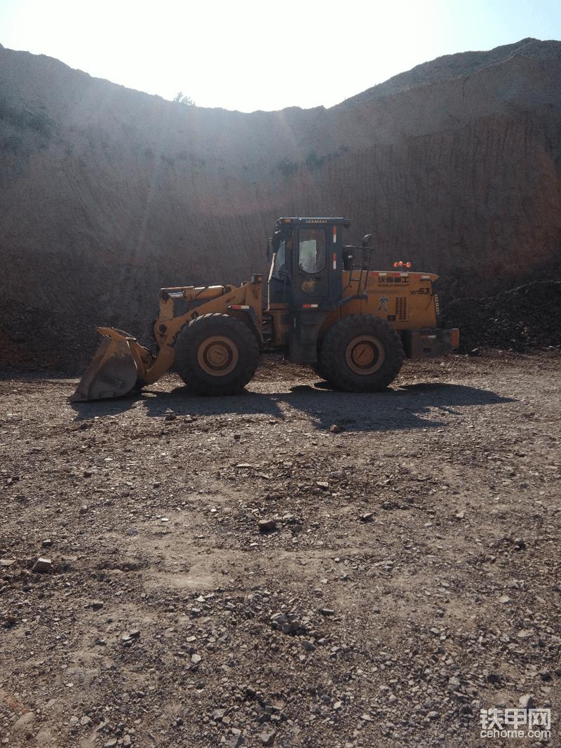 车停了半个月后 经过朋友介绍 来到了一个山场干活 这个山场工况不累  就是钩机挖下来得石头 装车  石头块不大  不费车