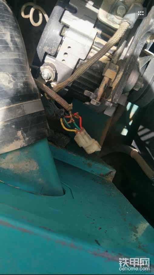 发电机坏了,里面调节器出问题,关钥匙没法断电,打开钥匙显示机油压力不足,无法启动。换了个新发电机,一切就正常了。