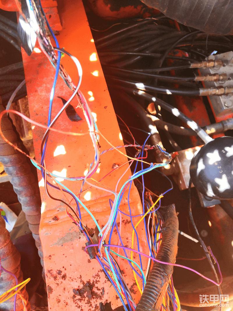 线路中破损的电线必须全部更换新的,能怕麻烦。,否则后患无穷。