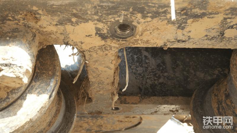 螺丝拆掉把泥土擦干净不能垫到里面。