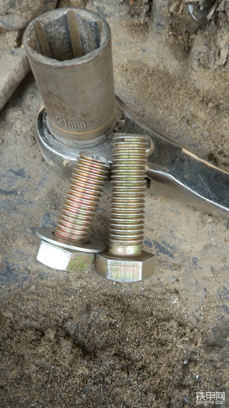 螺丝是4厘米长的,锯下来1厘米,要不装好护链器以后长出来的那一点会长期再外裸露时间久了难免生锈,到时候不好往下拆,剩下3厘米刚好上满牙还不露头后期可以轻松拆卸。