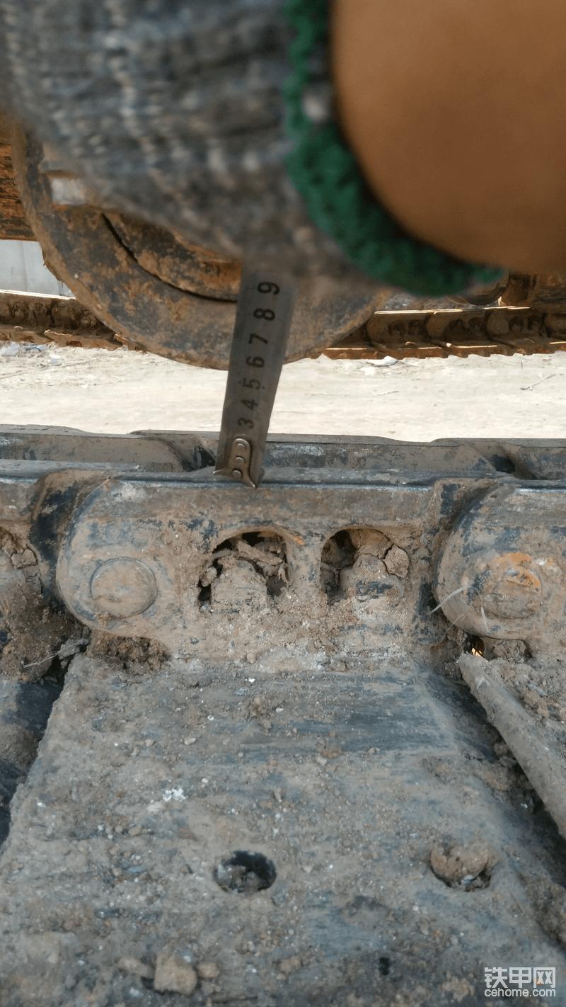 放油放到链筋离支重轮6厘米左右,多了不好,少了不行。
