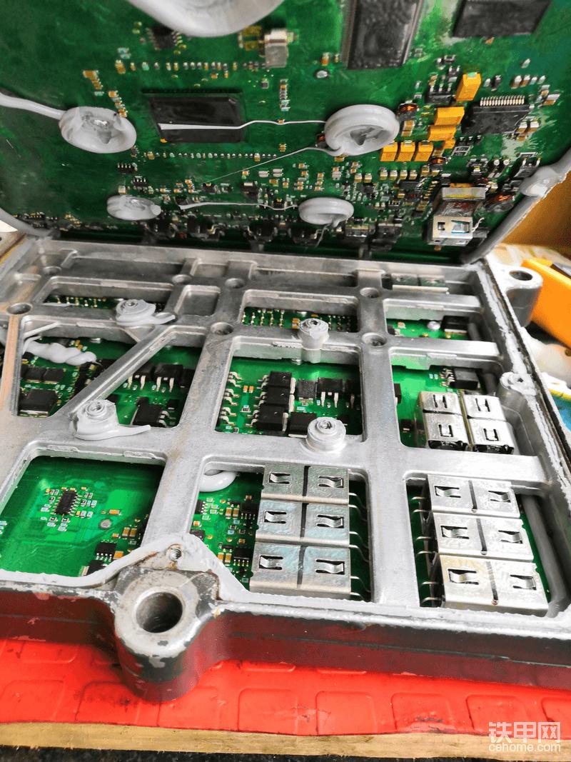 小松240-8挖掘机的发动机电脑板内部。