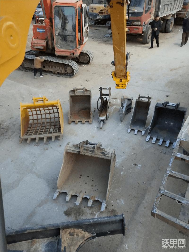 现在对于这台三一75来说:只 挖斗就有很多规格。40公分,60公分,70公分,90公分。以及裂土器,网格斗,破碎锤。现在通过快速连接器。可以随便切换。花两千多 就能实现各种属具的随意换配,感觉很值。