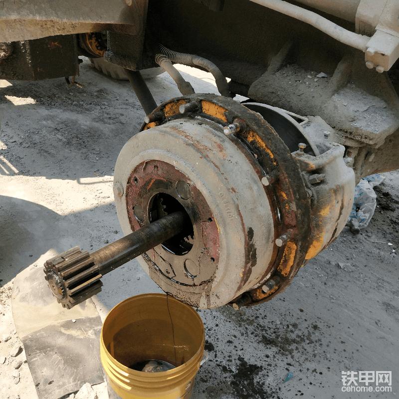 接着用大风炮把右边的轮胎螺丝打下来,滚出轮胎,然后拆解轮边