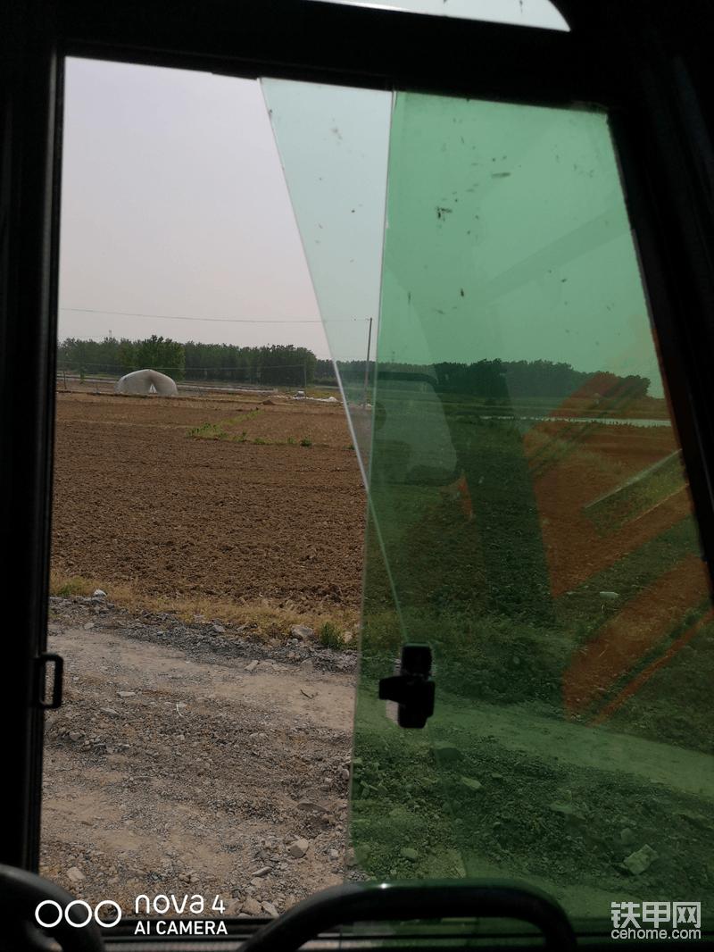 门上窗口有点小,