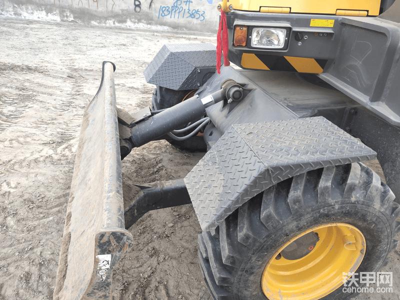 后部推土铲,推土铲油缸没有保护铁板,希望能改进,车架延伸相对斗山要短。
