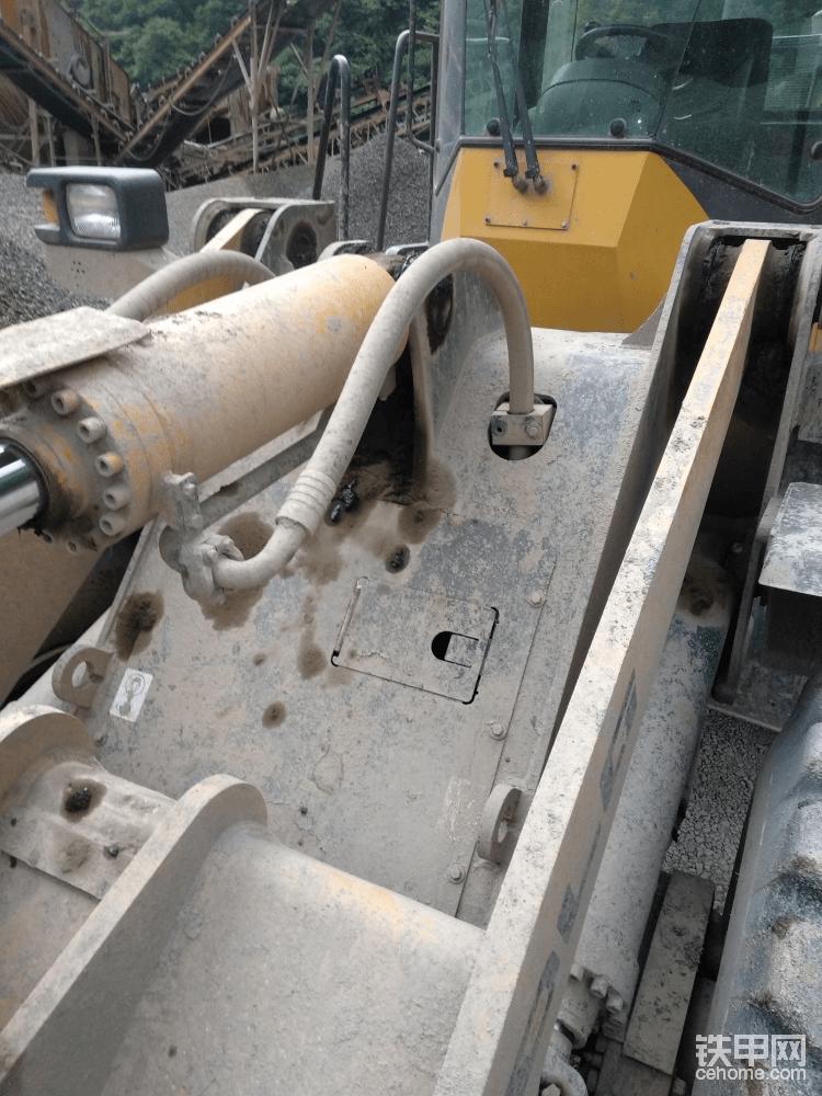铲斗油缸底座按轻载设计,油管只能这样子接出来。