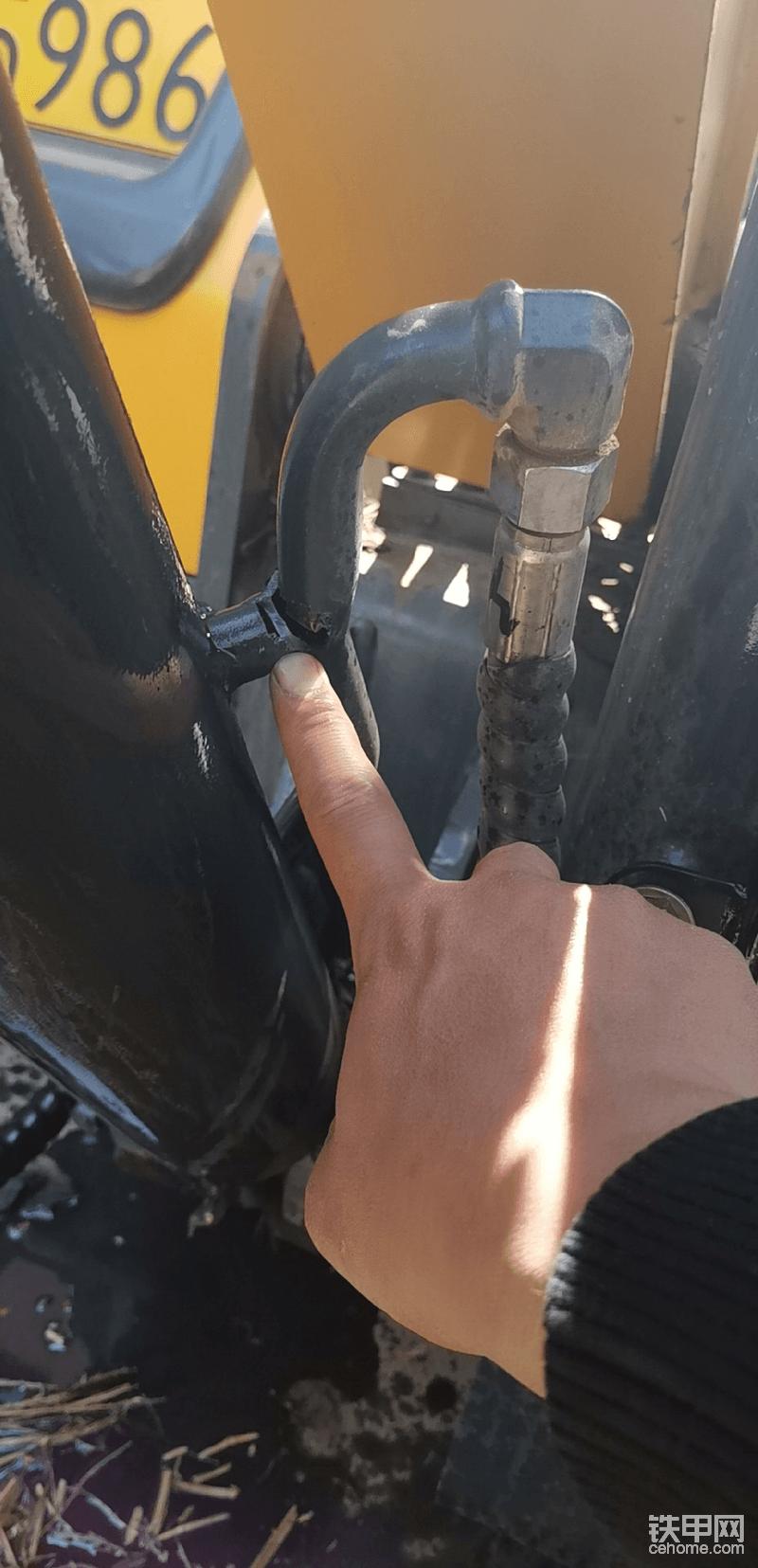 有一次装车得时候,一个木头方子装上了,把铁管顶开焊了