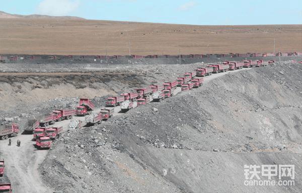 A施工队,没有合理专业方案,工作面狭窄,矿卡集群误工严重,我明白现场首要的首要是采矿剥岩工程施工专业人力资源的力量,管理员是第一的第一