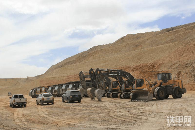 C施工队:沃尔沃挖机与矿卡,老板明显有很专业的思路,直接上全新沃尔沃,配国产矿卡,我也这样想,我准备全部用铁甲二手卡特390,374