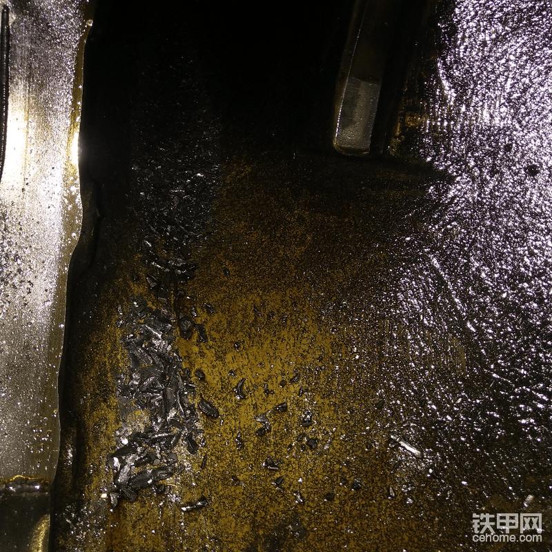 配件明天才能拿到,先把桥壳清理干净,桥壳里残留的铁屑可以抓一大把了。
