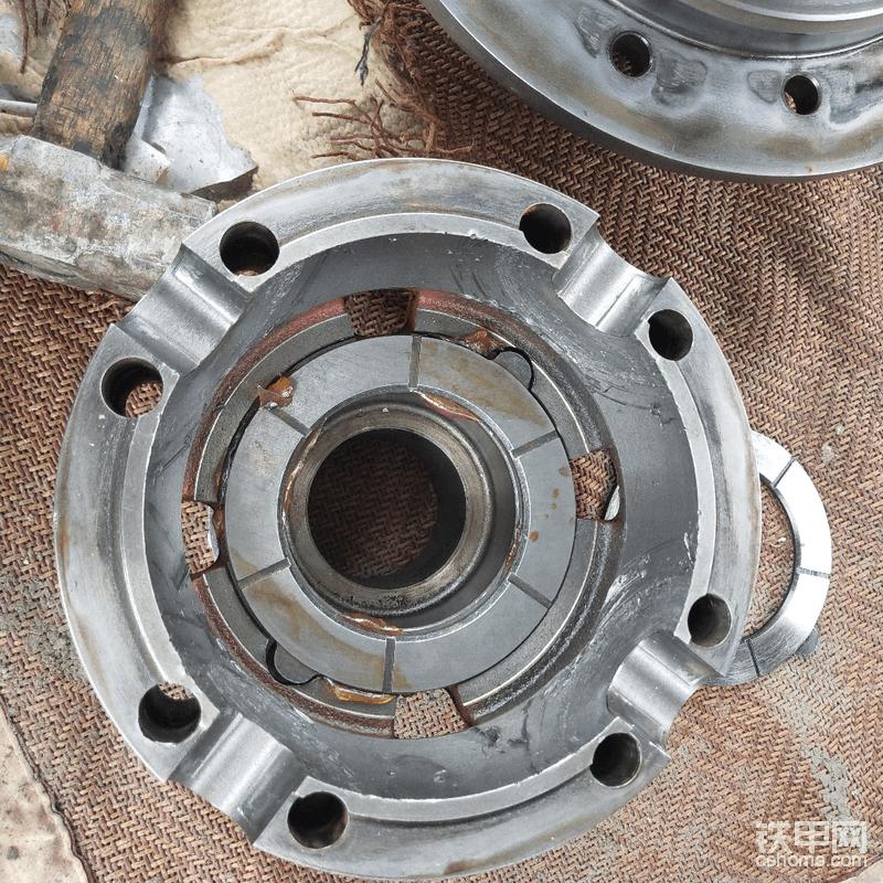 合差速器盖的时候,半轴齿轮垫片粘少许润滑脂,这样盖子往下扣的时候,垫片就不会脱落,注意有油槽的一面朝向齿轮。