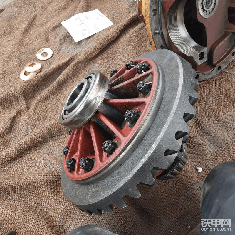 把被动齿轮装到差速器壳,旋紧螺丝并穿好安全锁销,