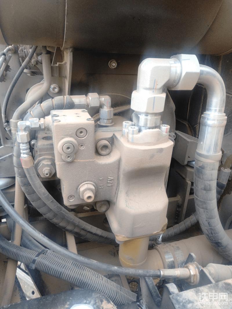 川崎的液压泵与   徐工60    三一75   60一样的     80小时接头上有点油泥现在没了     好像是装配时抹的黄油 比老款的力士乐泵流量大