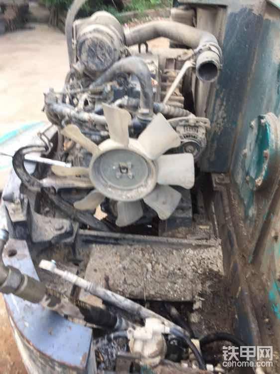 这拆出来底盘全是泥,顺便说一下这款机液压散热跟水箱散热连体的,拆的时候把液压口用东西堵好了怕进泥,