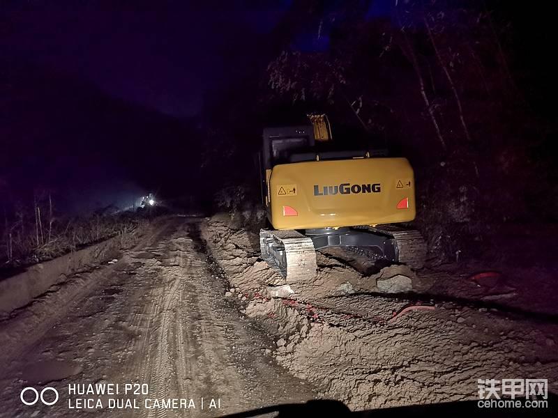 柳工915E挖掘机晚上依旧奋斗在工作的一线,兄弟辛苦了!!!