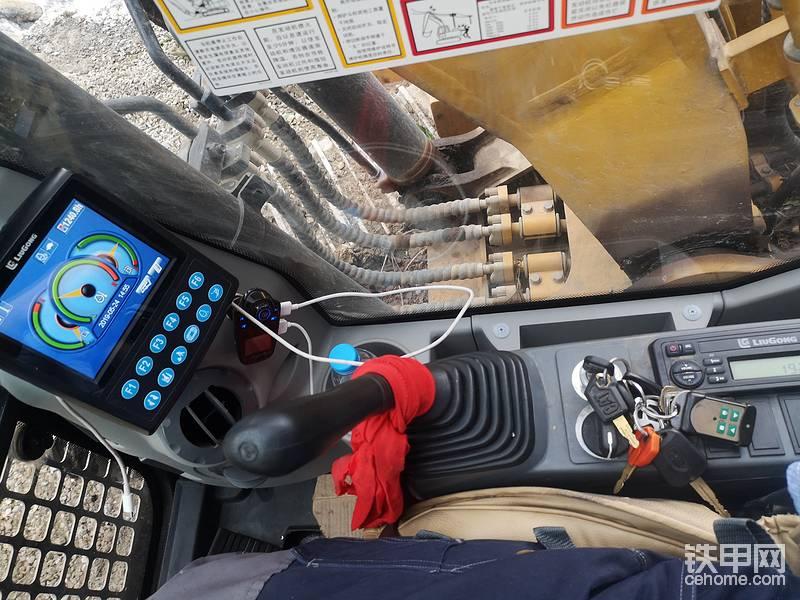 第二台柳工915E工时1200小时,驾驶室比9075E稍微大一小点,玻璃可以通用,力量不错,发动机声音好听,外观霸气,尾部没得D型机的大,不过更合适我们农村干活,有些位置窄也没得问题,第三台9075E,两个月工时400小时,没发现有问题,最后一句话:按时保养,对机子好就是对自己好!