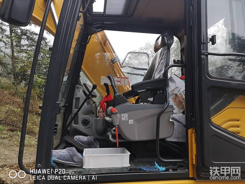 柳工915E挖掘机的驾驶室。