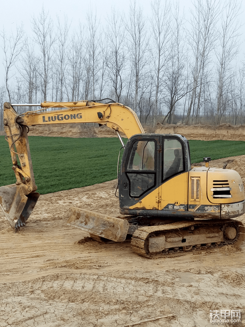 挖掘机作为工程机械里的先锋,抗洪救灾不畏艰险往往都是冲锋在第一线,这让我对挖掘机产生了莫名的好感,也希望能拥有一台属于自己的挖掘机,为祖国的发展建设献出自己的一份力。
