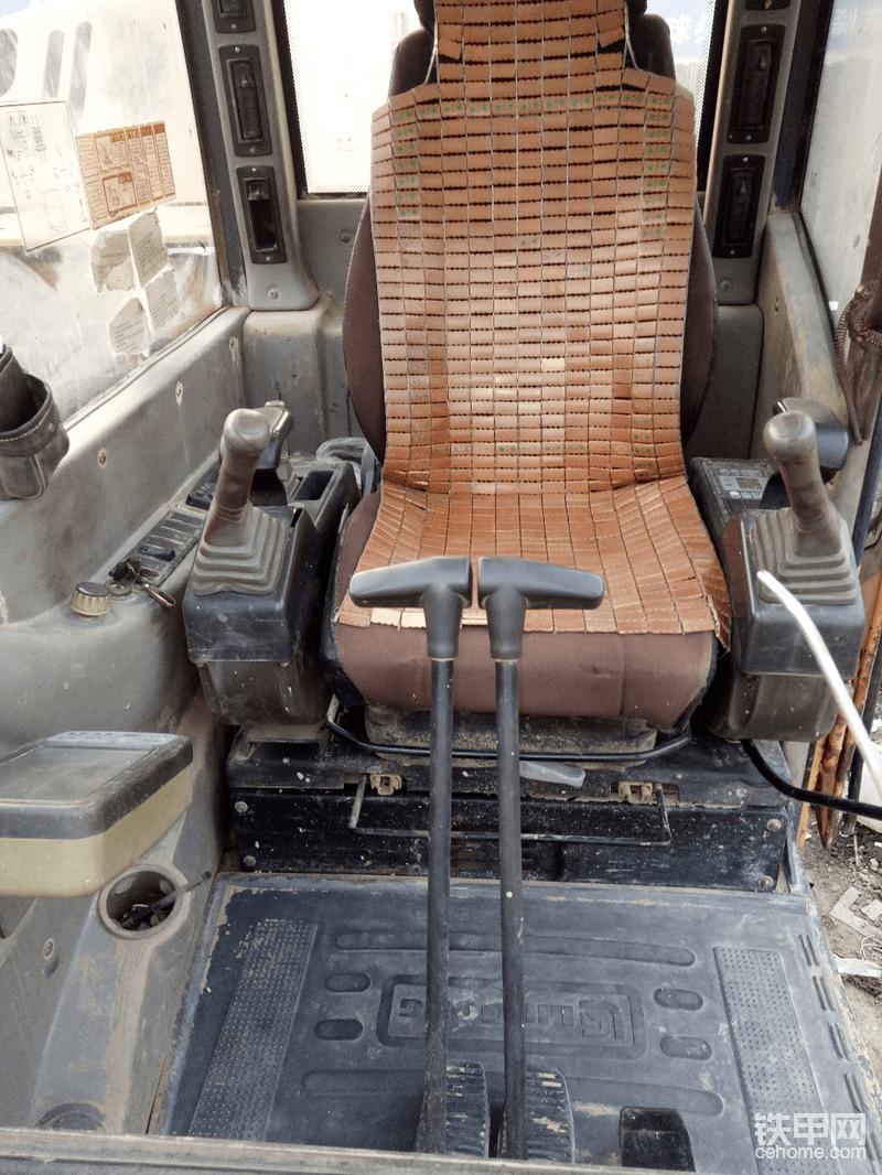 说买就买,接下来就是选品牌,之前在甘肃工地上开渣土车呆了3年大大小小的挖掘机7.8十台,主要有柳工,小松,卡特,神钢为主,邻居家有一辆柳工装载机,又鉴于工地老板大批采购柳工挖掘机所以就毫不犹豫地选择了柳工908c 挖掘机。
