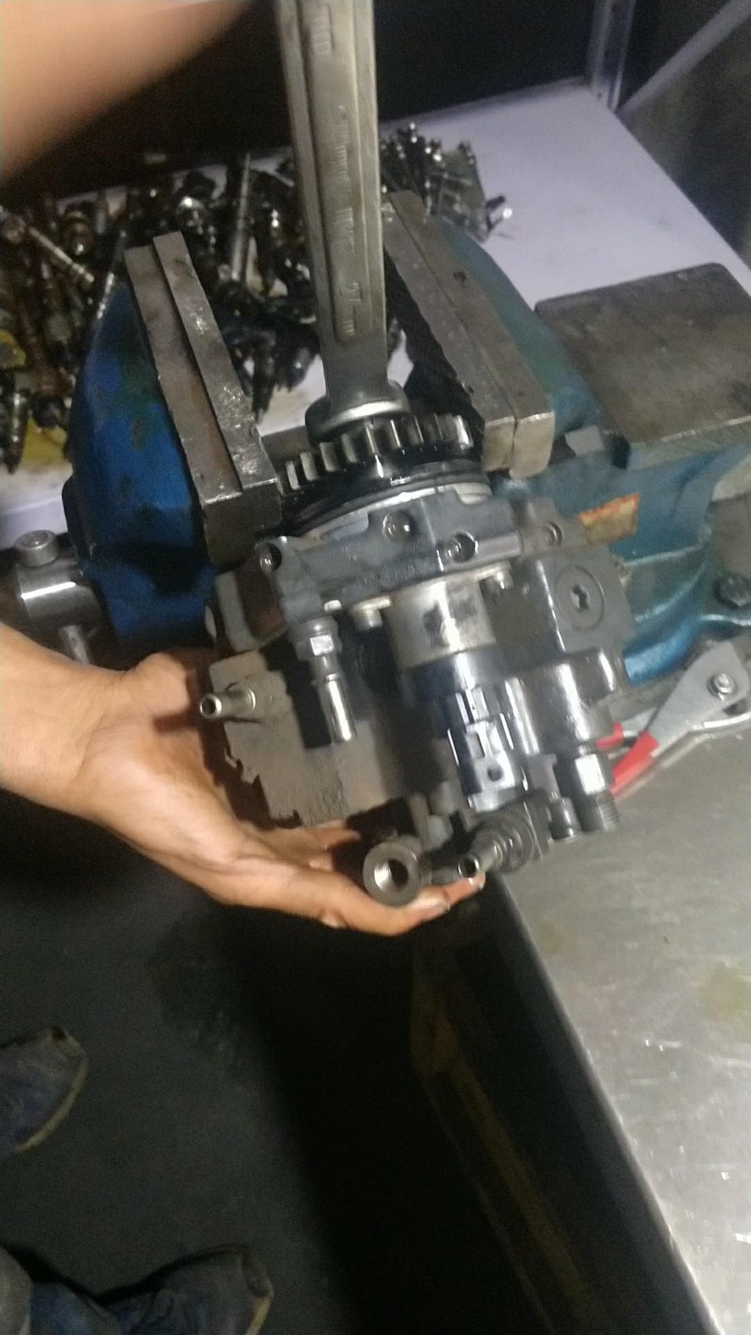 【维修记】不花1分钱!更换小松240柴油泵!