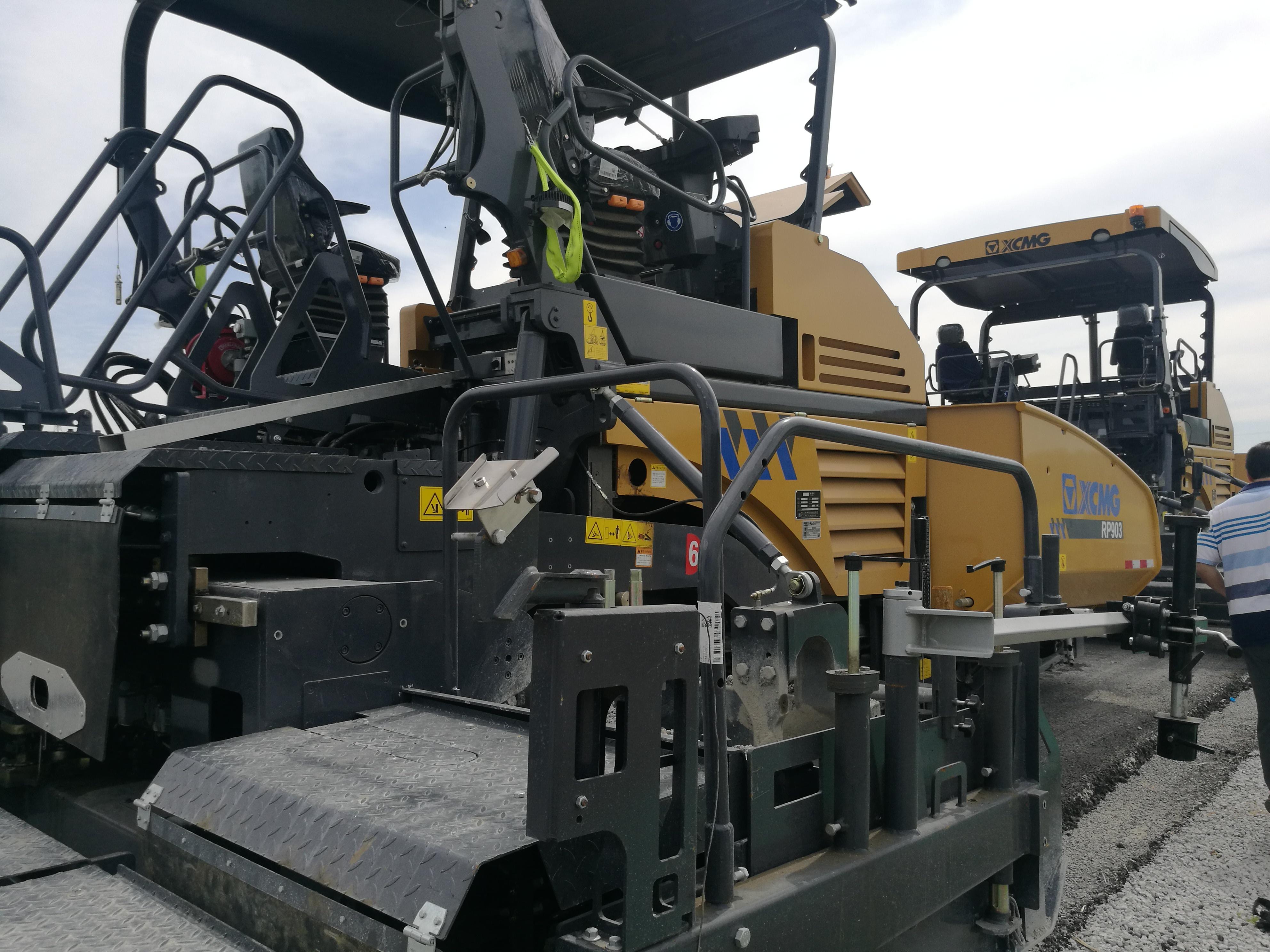 徐工RP903多功能摊铺机,右后图,液压伸缩板。