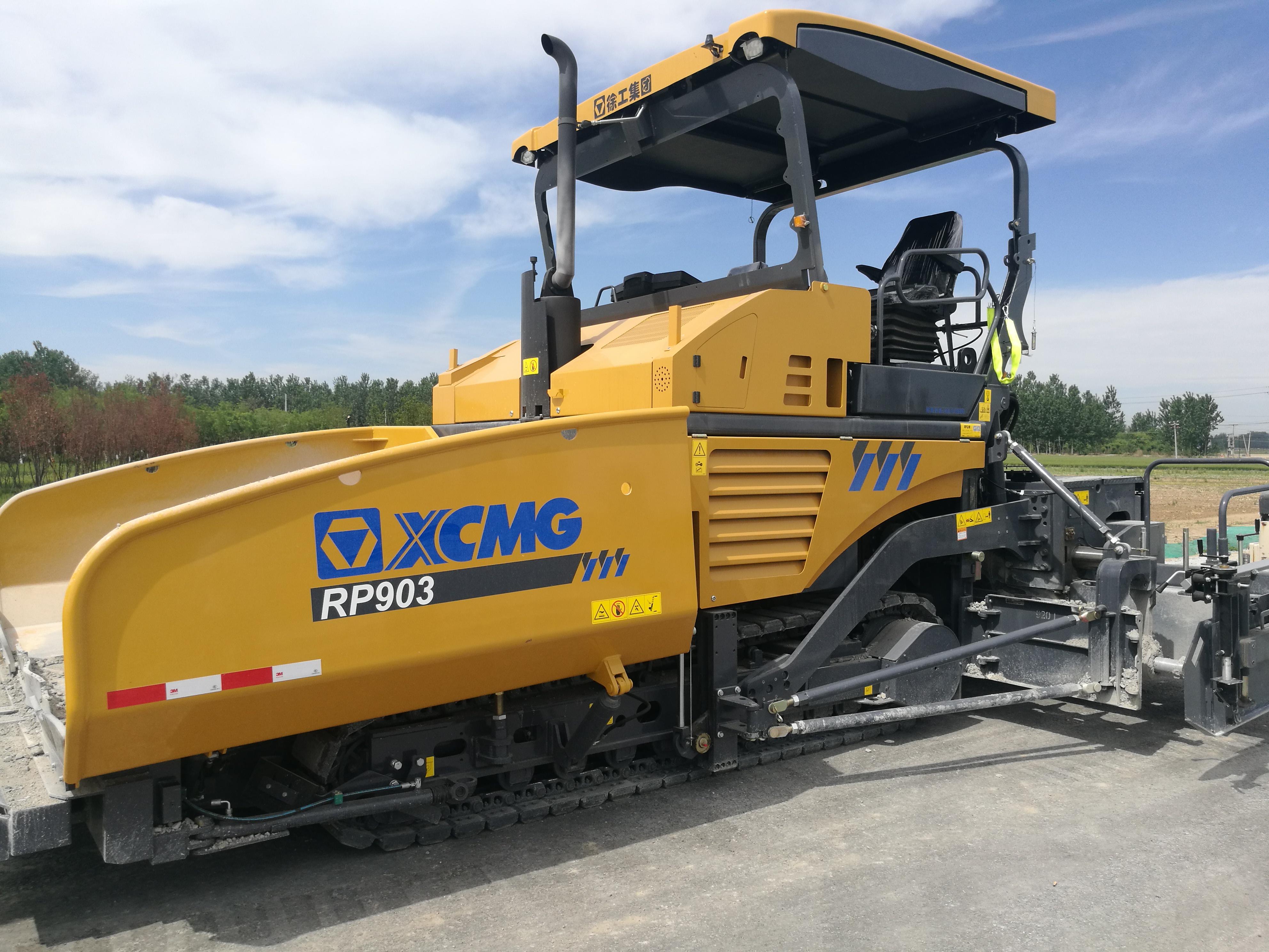 徐工RP903多功能摊铺机,左前图,液压伸缩板。