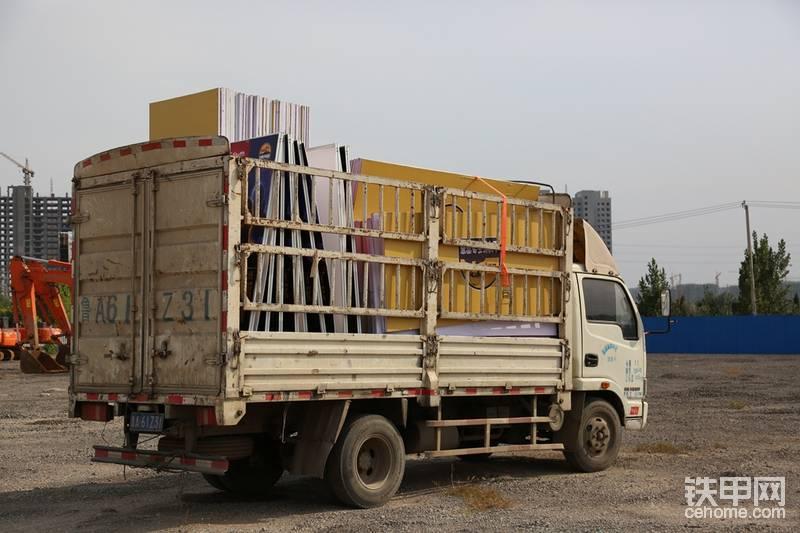 货车拉着物料到达预定的比赛场地,13日下午有20名甲友在这里比拼技能,期待你们的好成绩!