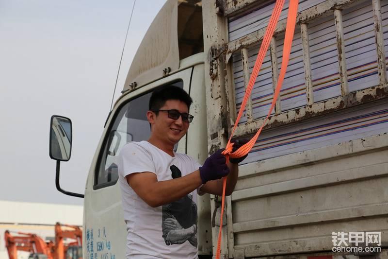今天济南的室外温度最高达到36°,给货车司机拍个帅照,辛苦了!