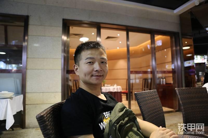 甲友尾号8886从江西广丰跑过来帮忙干活,得益于健身成功减肥40斤,一年后的今天见面,让我惊讶了一把。如果对他感兴趣,可以在论坛搜索关注他。