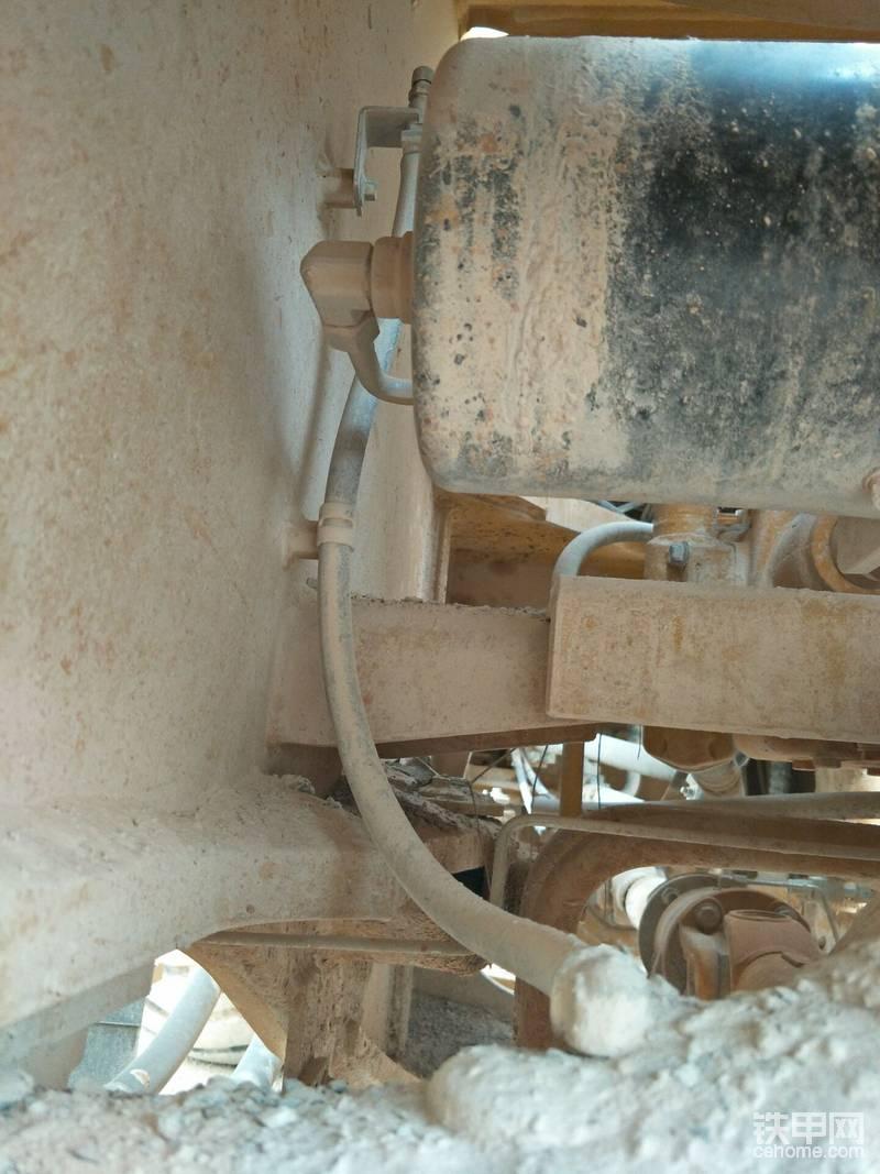 前桥的通气孔也用软管加长,有效的防止堵塞。